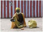 Bettler vor einem Tempel