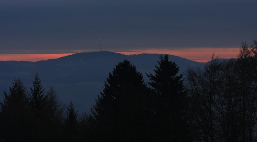 Bewölkter Sonnenaufgang über dem Odenwald