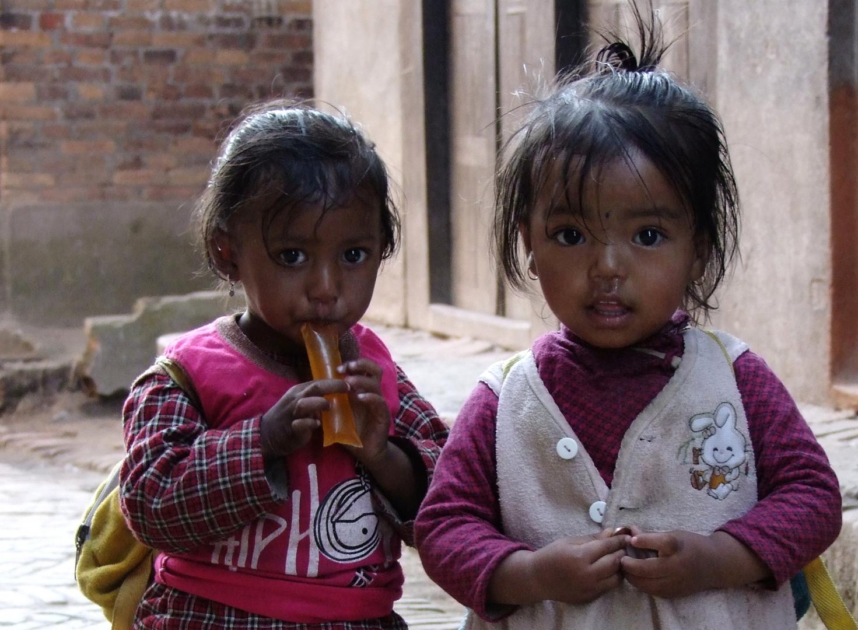 Bhaktapur - neugierige Schwestern