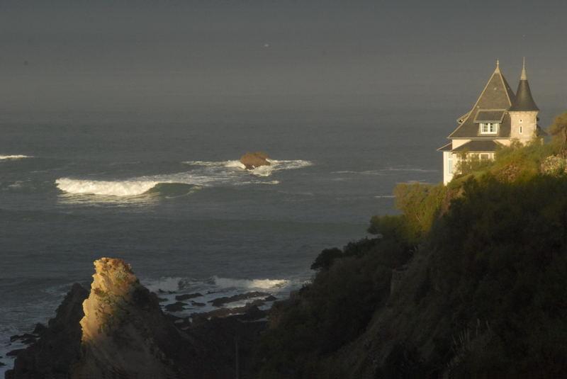Biarritz et l'océan s'éveillent.