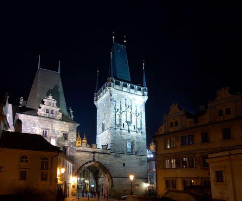 Bick auf den Kleinseitener Turm bei der Karlsbrücke in Prag