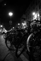bicyclettes avec lampadaire et lune