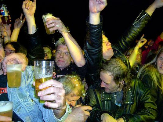 (Bier-) bad in der Menge