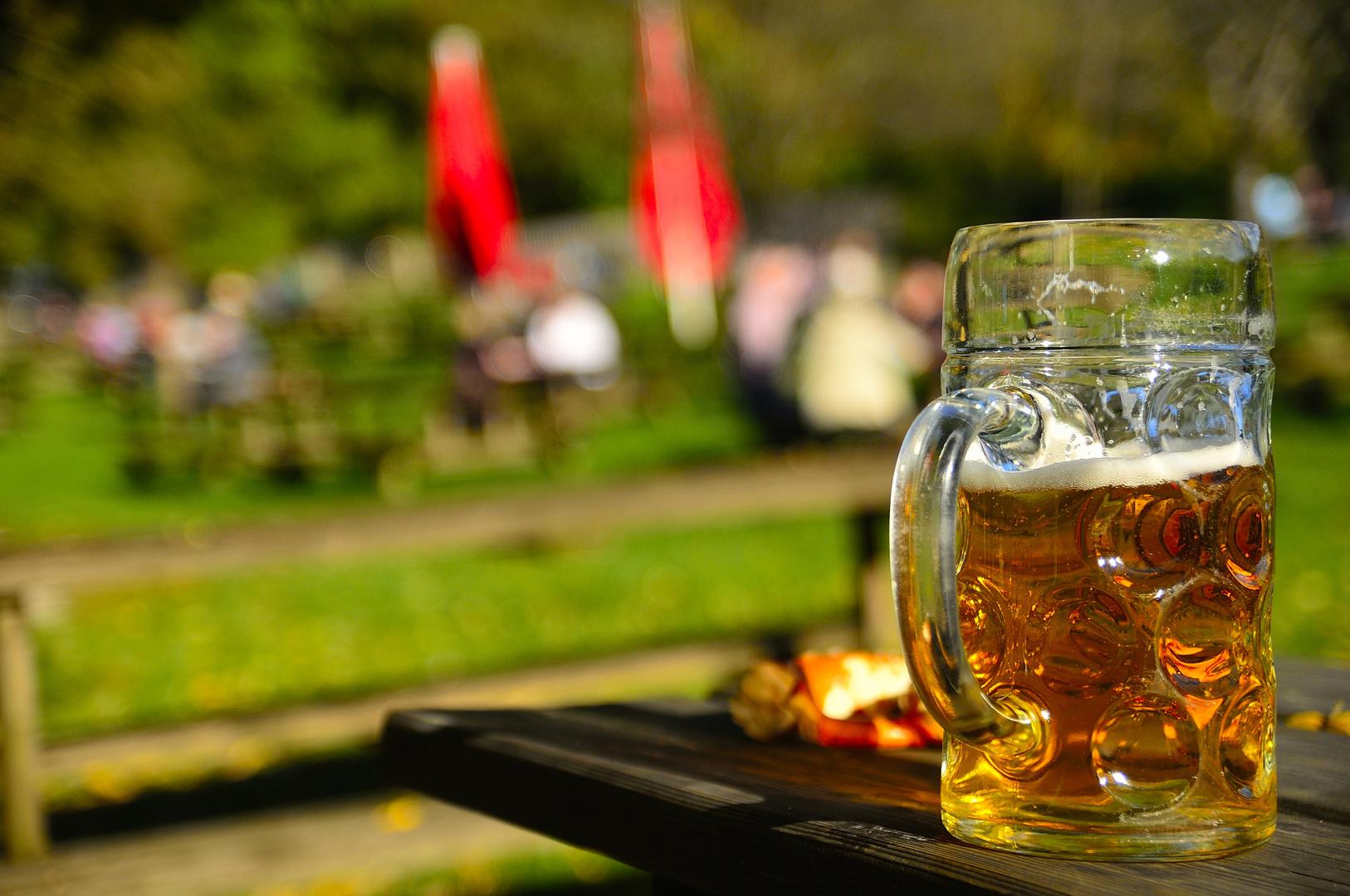 Biergarten im Herbst - Prost