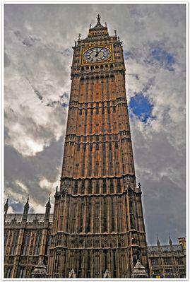Big Ben .Jetzt schlägt es 5 nach 12 .