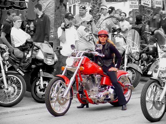 Bikerin auf rotem Bike