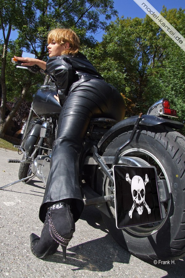 Bikerin in Leder Foto & Bild   portrait, portrait frauen