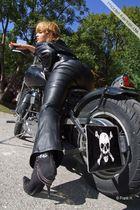 Bikerin in Leder