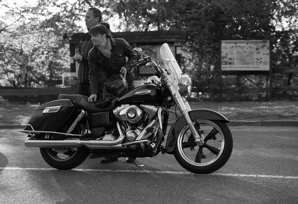 Bikerin mit Harley