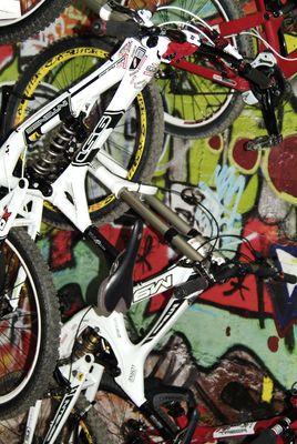 Bikes vor der Grafittiwand