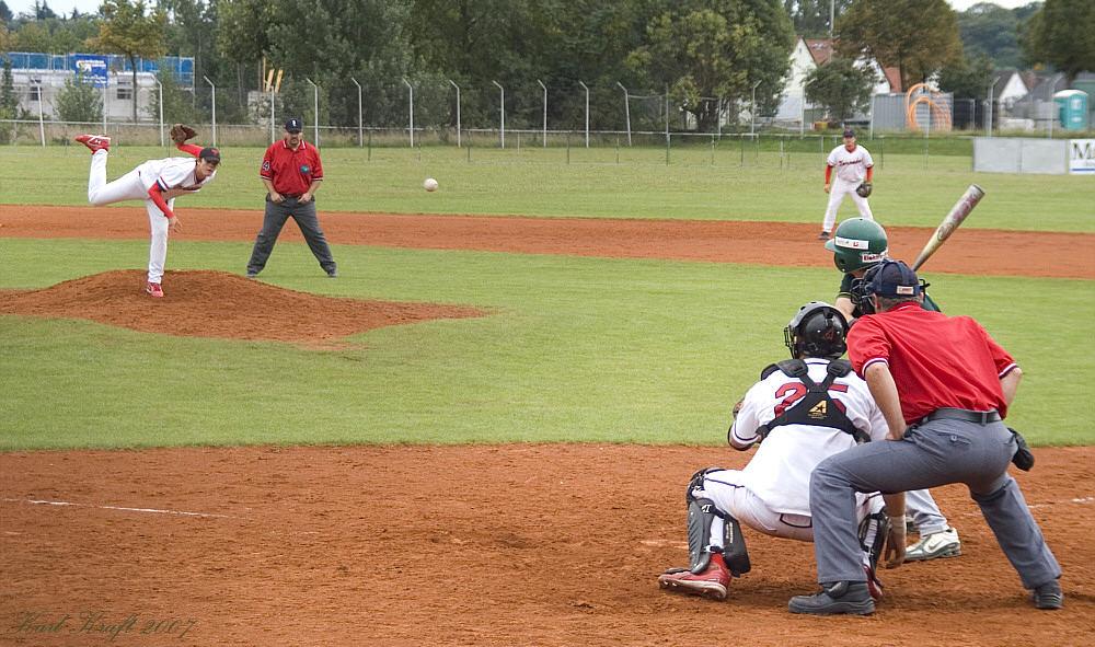 Bin mal gespannt wer den Ball kriegt, Catcher oder Batter
