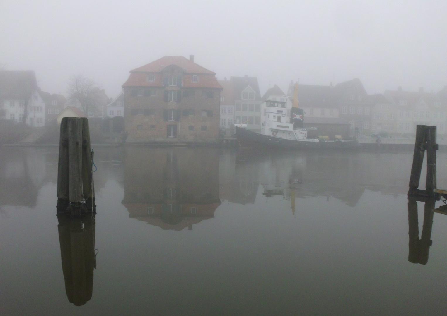 Binnenhafen von Glückstadt im Nebel