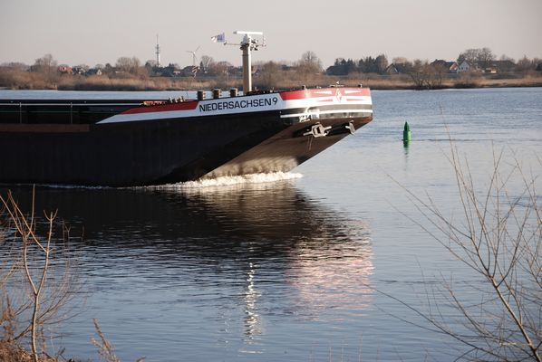 Binnenschiff auf der Elbe bei Geesthacht.