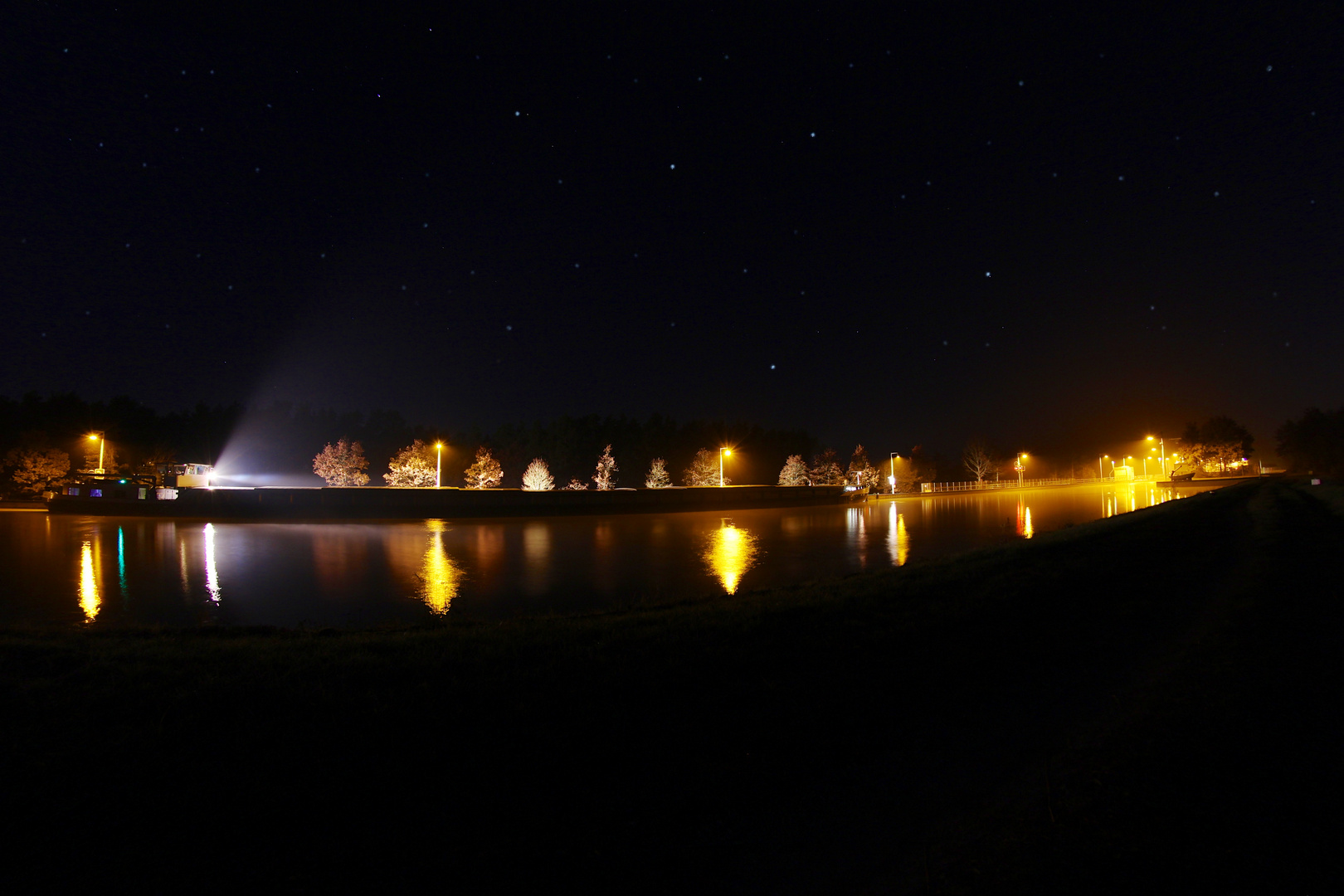 Binnenschiff bei Nacht
