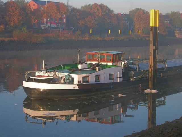 Binnenschiff im Morgennebel auf der Weser