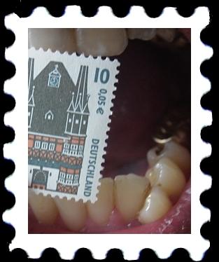 Bissiger Teekessel an Briefmarke
