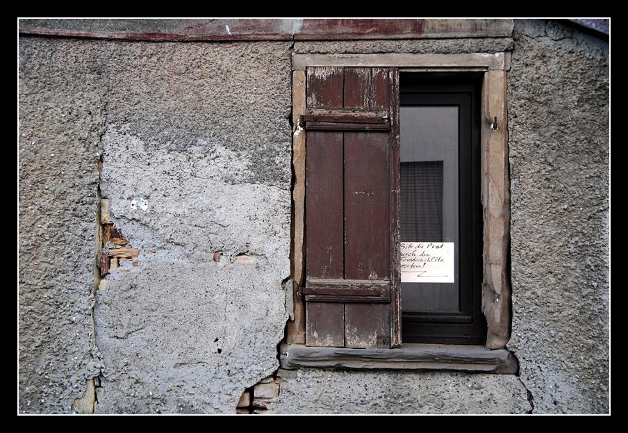 Bitte die Post durch den Fensterschlitz werfen!