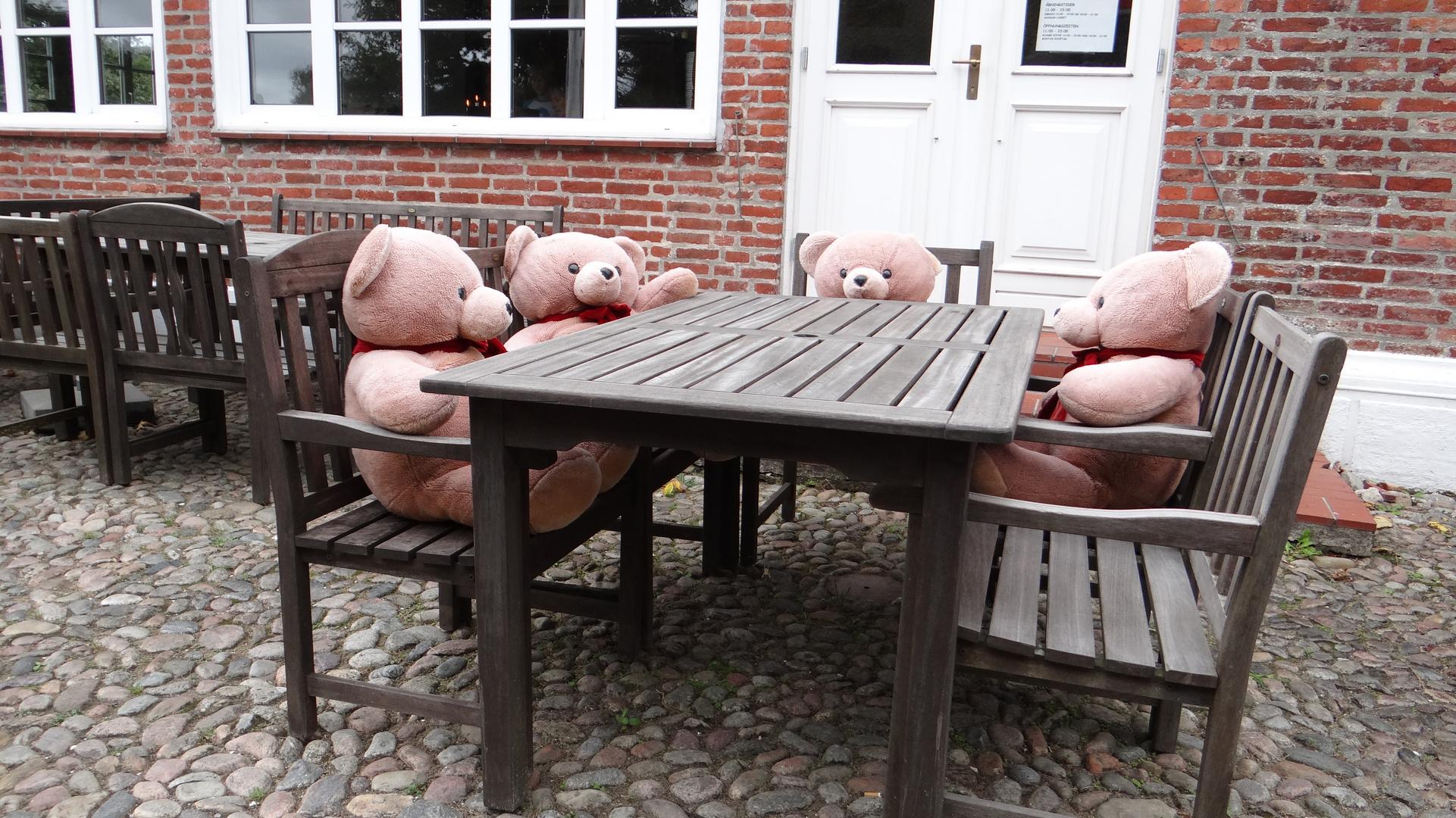 Bitte nehmen Sie doch Platz....wir schmatzen auch nicht!!
