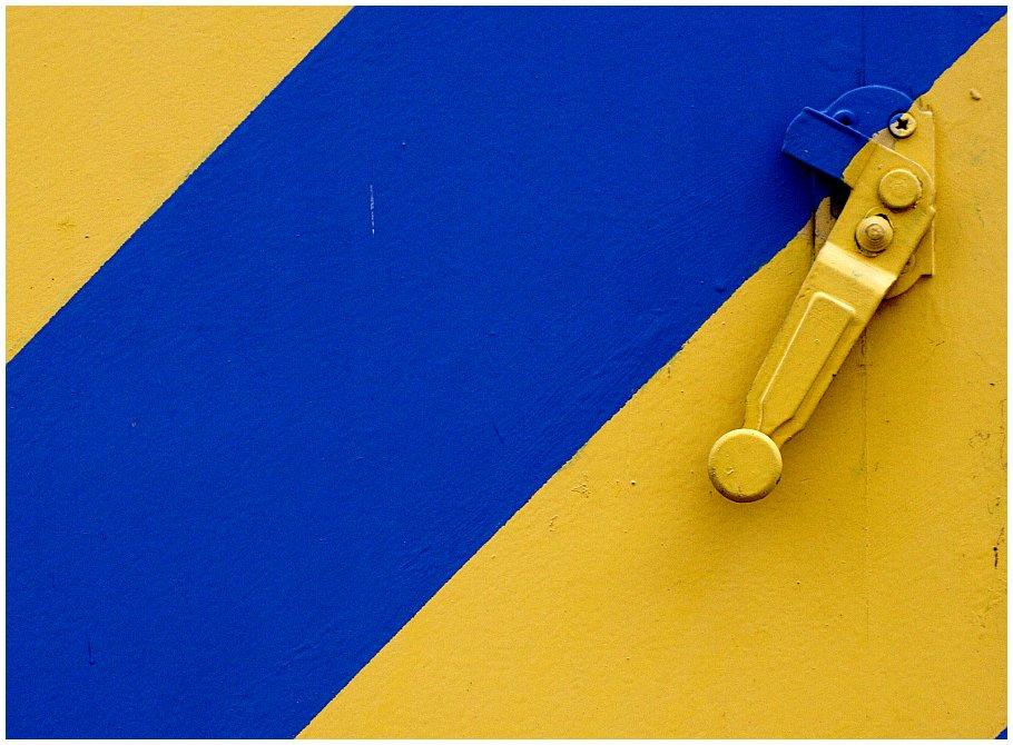 Blau-gelber Fensterladen