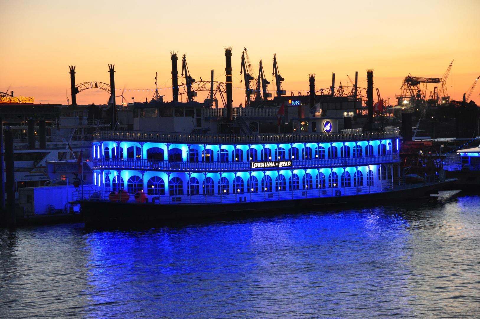 Blau trifft Rot in der Abenddämmerung am Hamburger Hafen