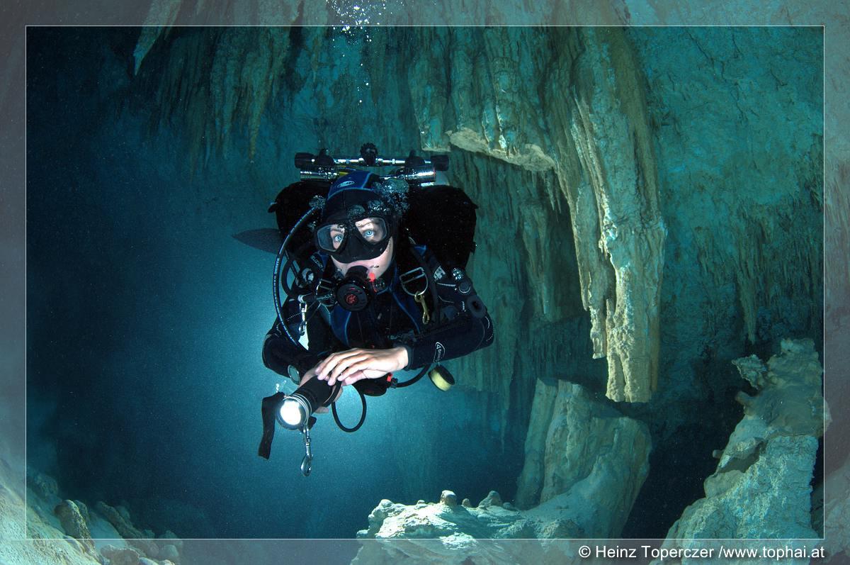 Blauäugige Höhlentaucherin