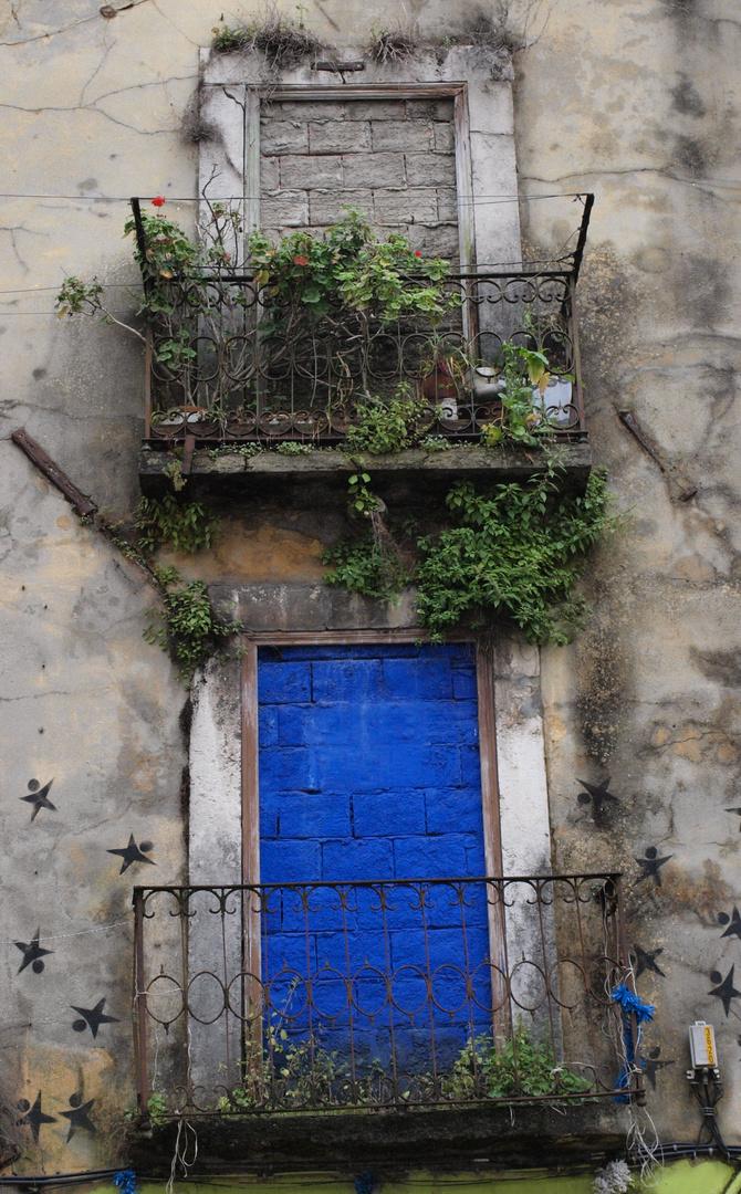 Blaue Balkontür in Lissabon