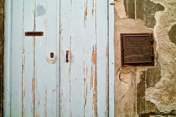 blaue Haustür mit Wasseranschluss