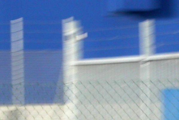 blaue Himmel hinter Gitter