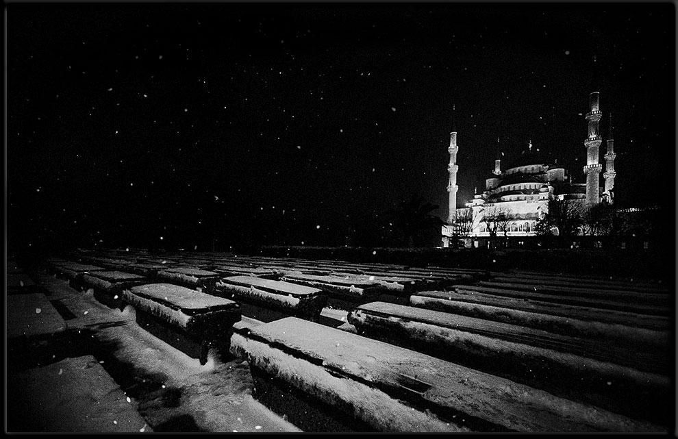 Blaue Moschee unter einer schwarz weissen Nacht