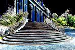 Blaue Säulen im nächtlichen Schloßpark