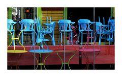 ......blaue stühle.....