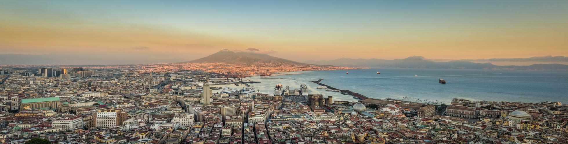 Blaue Stunde: Abends in Neapel