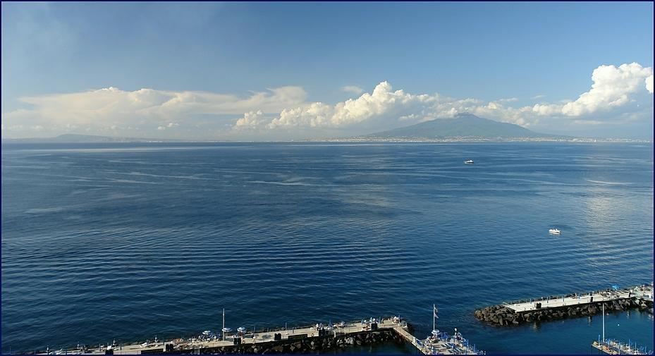 blaue Stunde am Golf von Neapel, mit Vesuv im Hintergrund