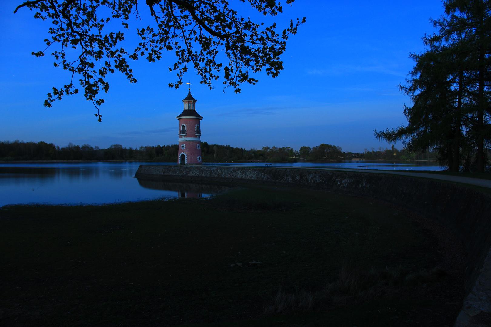 Blaue Stunde am Leuchtturm Moritzburg