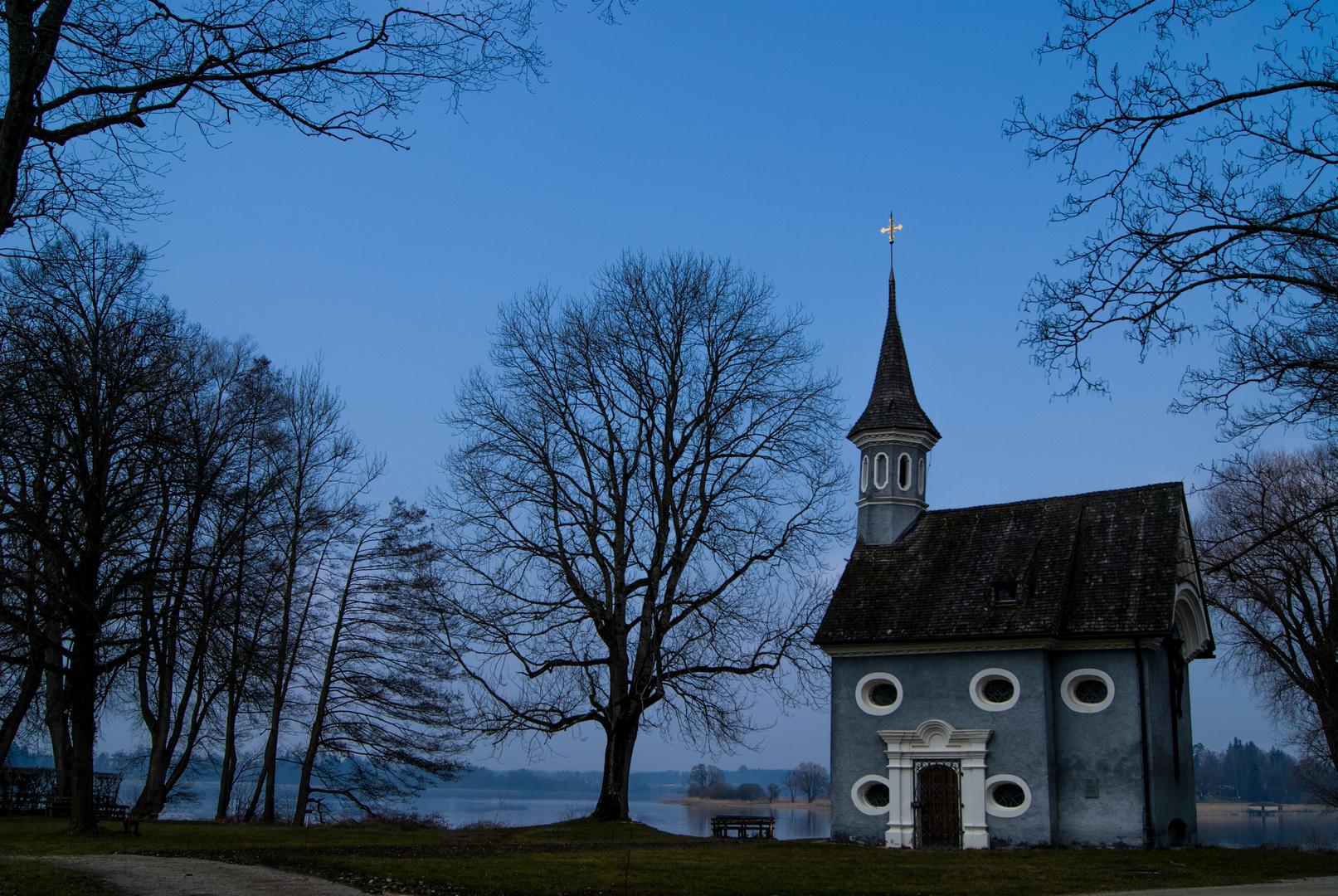 Blaue Stunde an der blauen Kapelle