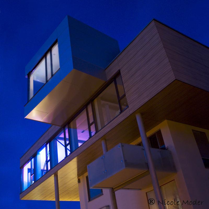 Blaue Stunde an einem besonderen Haus