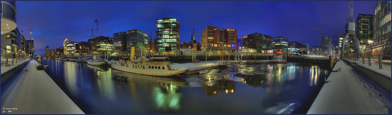 Blaue Stunde erwischt in der HafenCity am Museumshafen