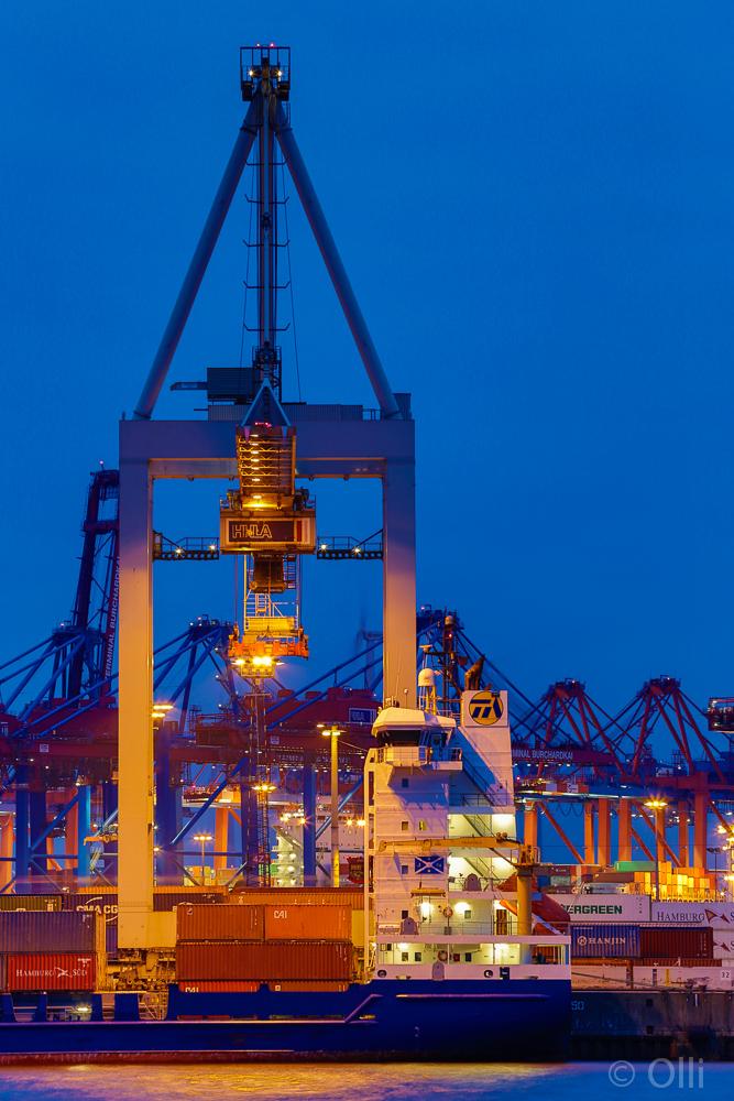 Blaue Stunde im Containerhafen HH
