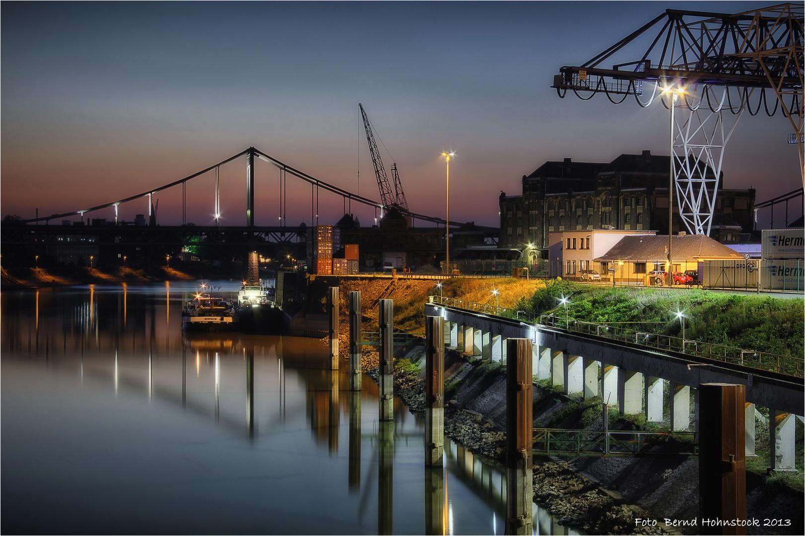 blaue Stunde im Krefelder Hafen ...