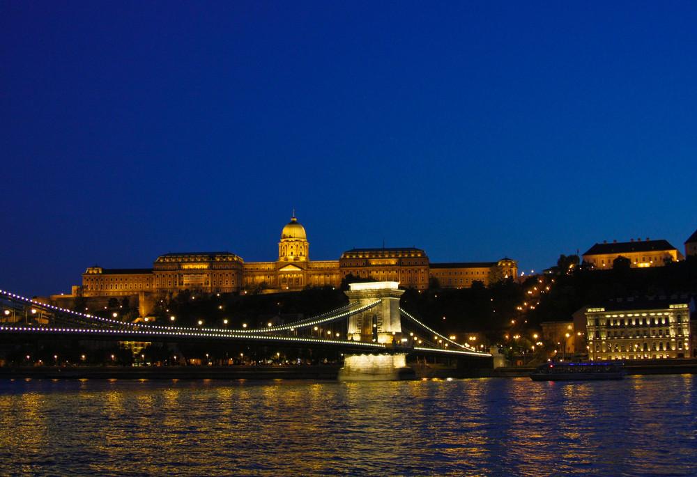 Blaue Stunde in Budapest - Kettenbrücke und Burg
