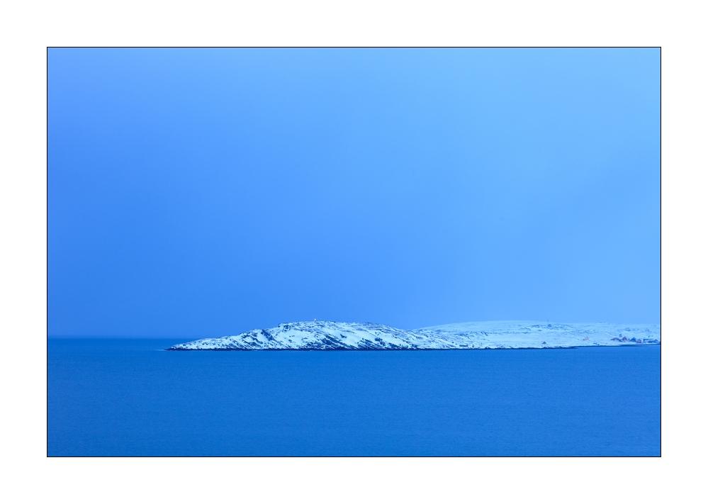 blaue Stunde in den Fjorden von Nordnorwegen