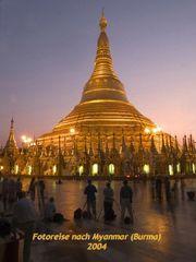 Blaue Stunde in der Shwedagon Pagode.