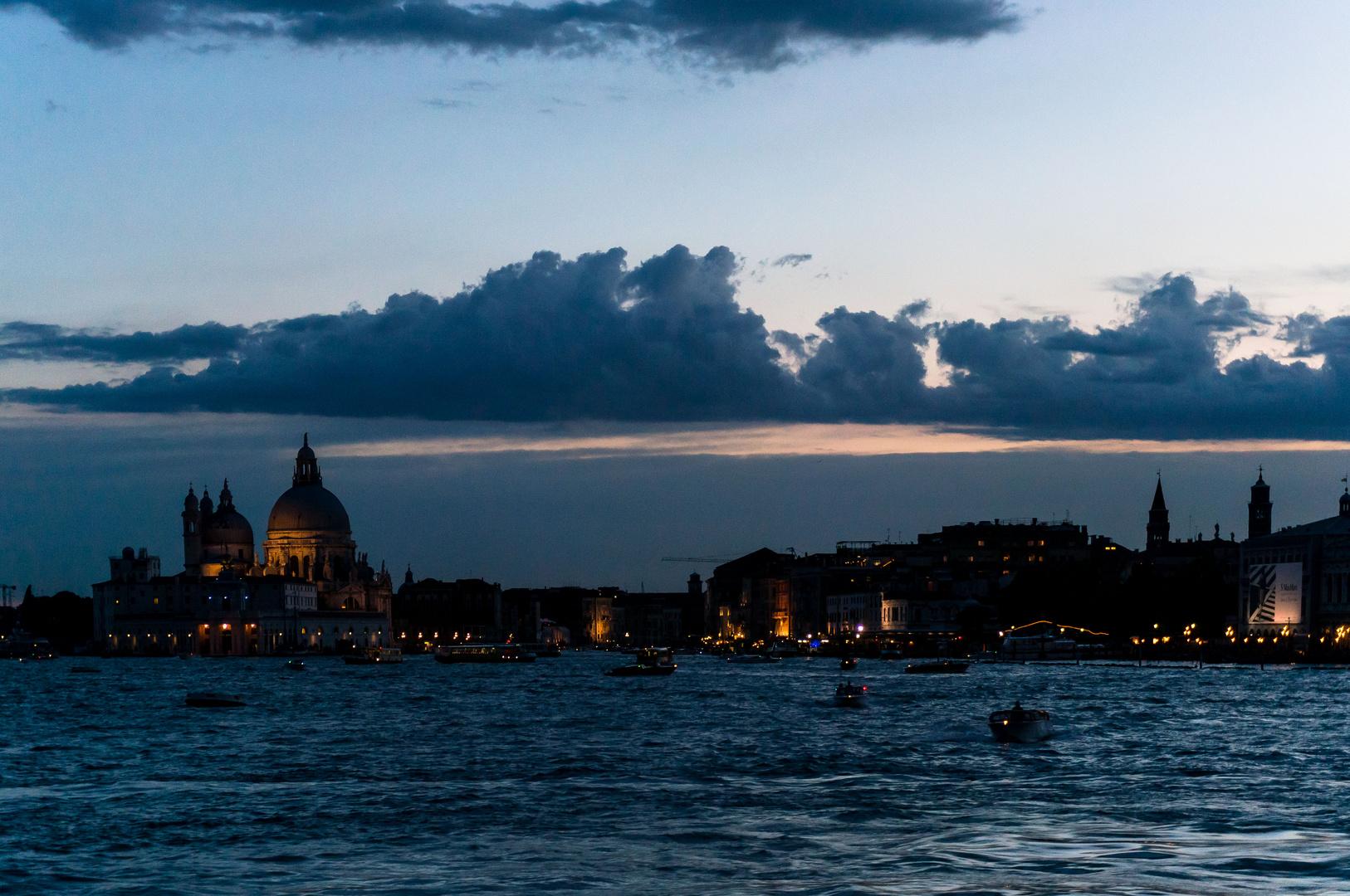 Blaue Stunde in Venedig von der Fähre aus