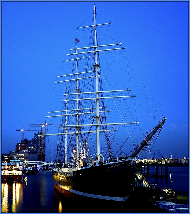 Blaue Stunde - Museumsschiff Rickmer Rickmers im Hamburger Hafen