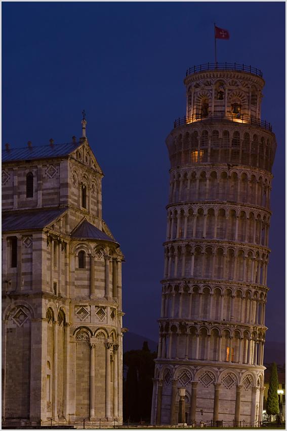 Blaue Stunde, schiefer Turm