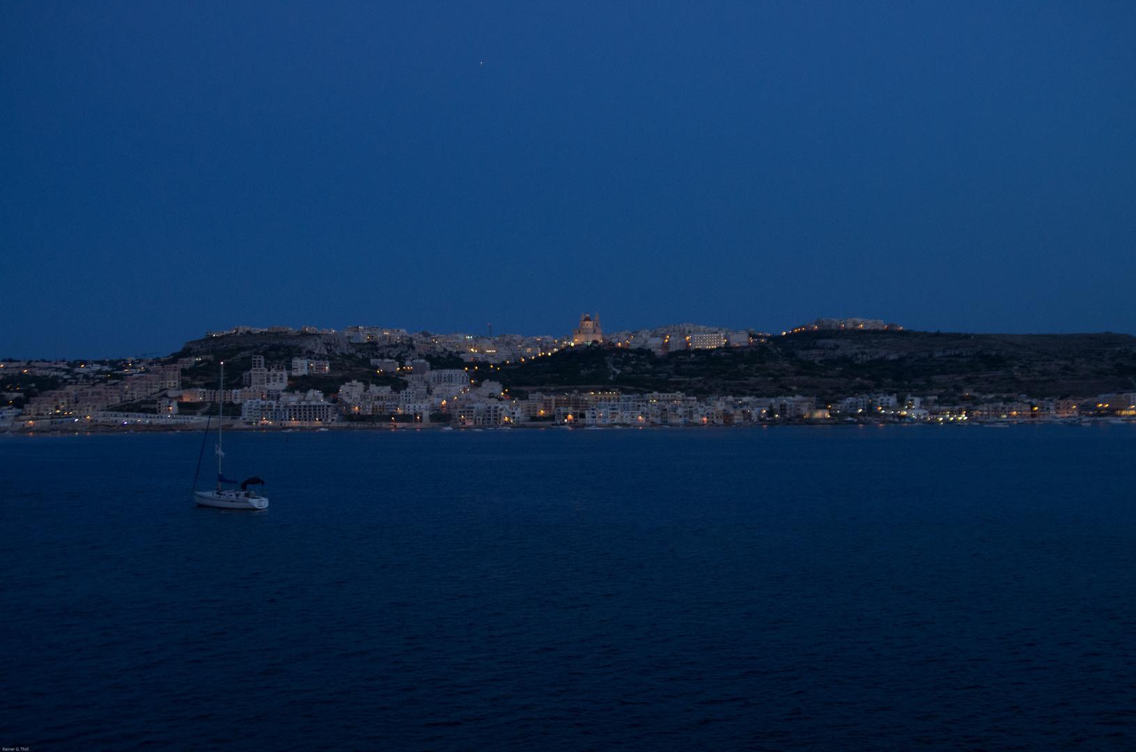 Blaue Stunde über Mellieha Bay