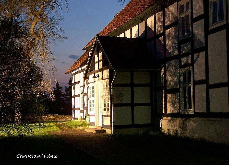 Blaue Stunde und alte Fachwerkkirche