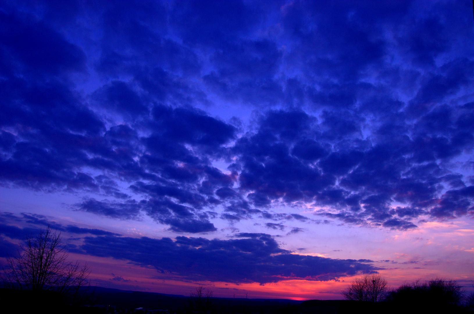 Blaue Wolken mit rotem Sonnenuntergang