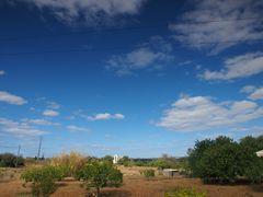 Blauer Himmel über Algarvenlandschaft