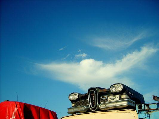 Blauer Himmel und alter Schrott